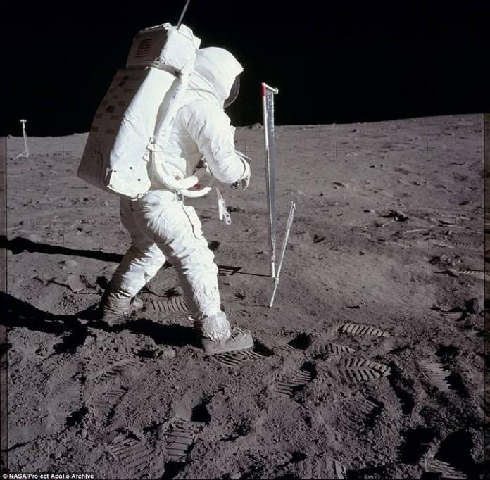 Aldrin efectuando un experimento en la Luna.