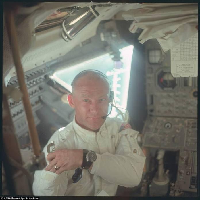 Aldrin coloca sus lentes de sol en el bolsillo de su brazo mientras se prepara para iniciar su descenso en el módulo lunar.