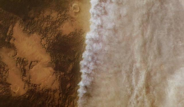 Tormenta de polvo avanzando sobre Marte.