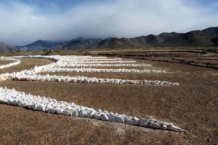 La estructura está construida con rocas blancas dispuestas geométricamente sobre una planicie ubicada en el acceso a las serranías del norte de Cachi, un lugar donde la gente afirma hay muchos avistamientos ovnis.