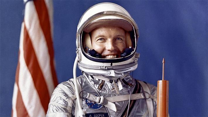 «Sé que algunos astronautas se muestran reacios a discutir el tema a causa del gran número de personas que han vendido historias inventadas o que han abusado de sus nombres falsificando documentos, pero igualmente muchos de nosotros creemos en los ovnis porque hemos tenido la oportunidad de verlos en tierra o en vuelo». L. Gordon Cooper, coronel de la Fuerza Aérea y astronauta.