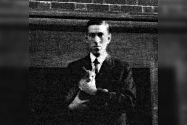 Foto de Lovecraft con su gato.