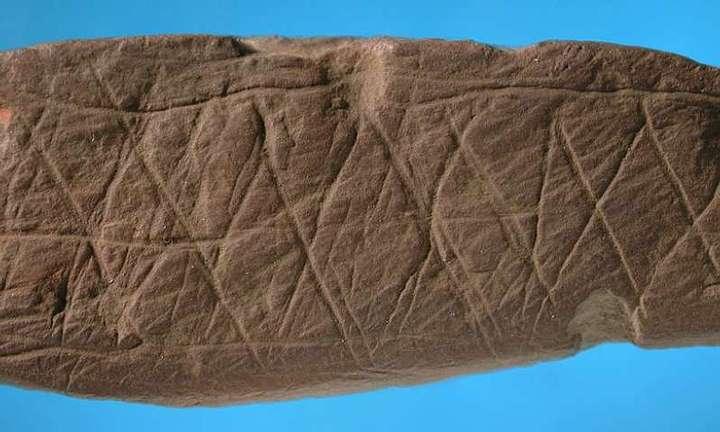 Patrón similar descubierto en un objeto encontrado en la misma cueva.