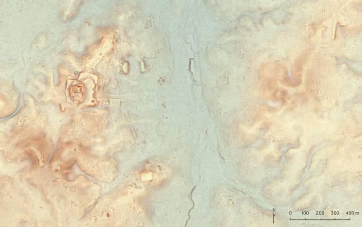 Utilizando LiDAR, los arqueólogos fueron capaces de documentar la existencia de un nuevo sitio al norte de Tikal. El edificio alargado en la parte superior derecha de esta imagen es un complejo que podría ser anterior al 500 a.C. A través del valle, se extiende una acrópolis aún más antigua.
