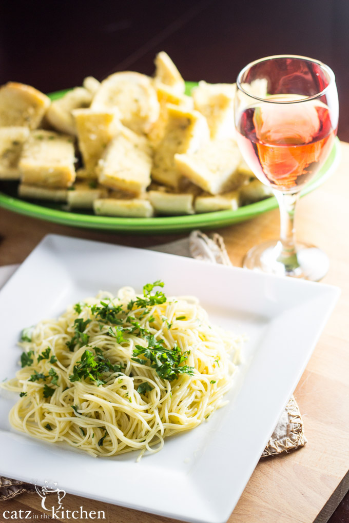 Spaghettini with Garlic, Olive Oil, & Parsley | Catz in the Kitchen | catzinthekitchen.com #ComfortFood
