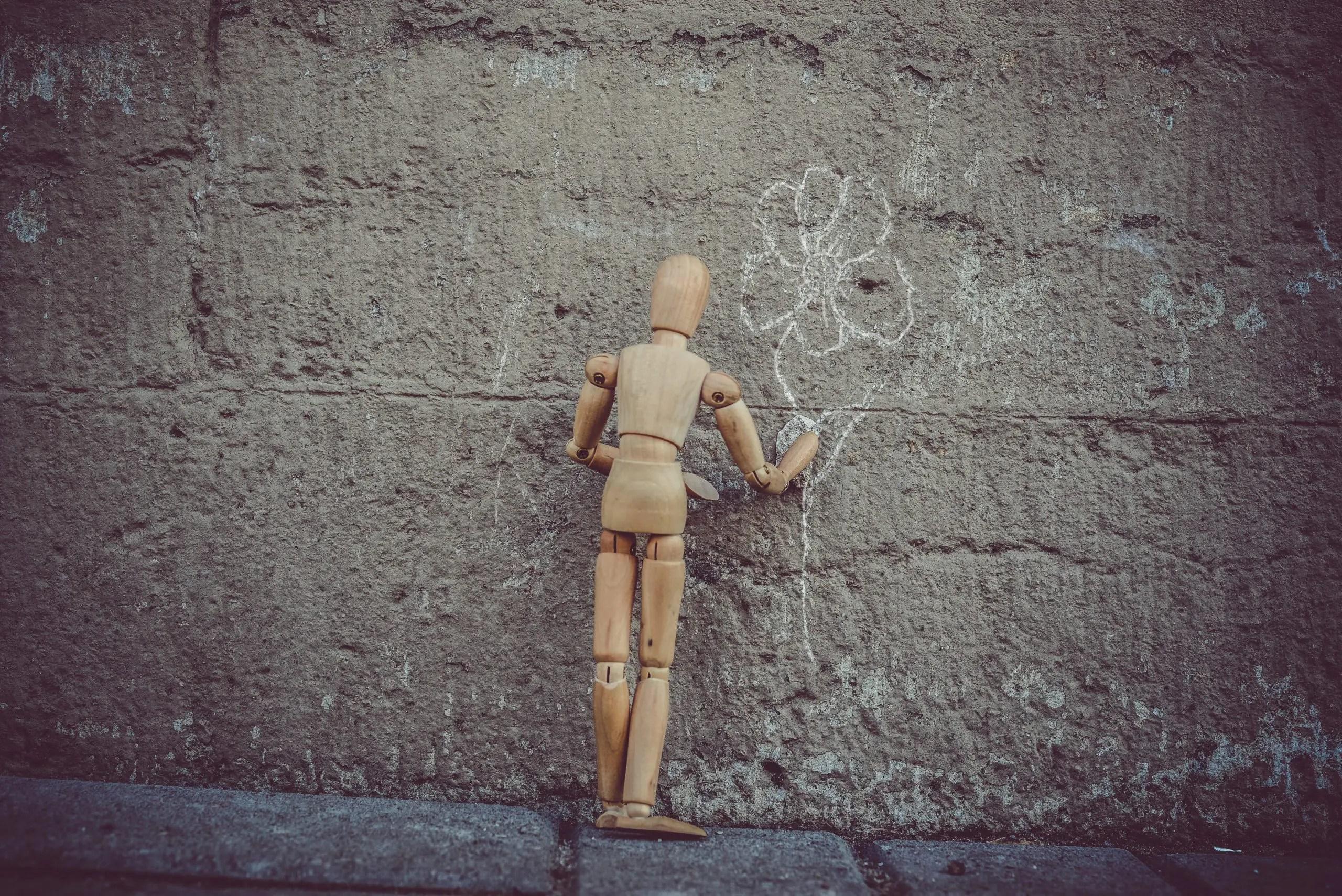 Personnage dessinant sur un mur