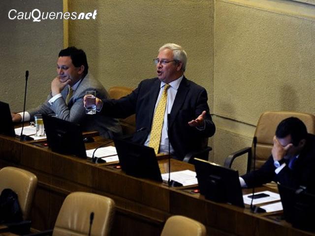 Urrutia fue emplazado por Aguiló por vestirse de defensor de los DDHH en discusión por despenalización del aborto