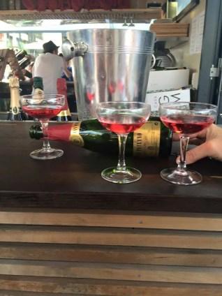 Rosat Can Paixano Flasche mit Sektschalen