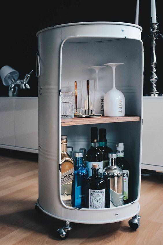 Transforme um barril em um mini-bar charmoso