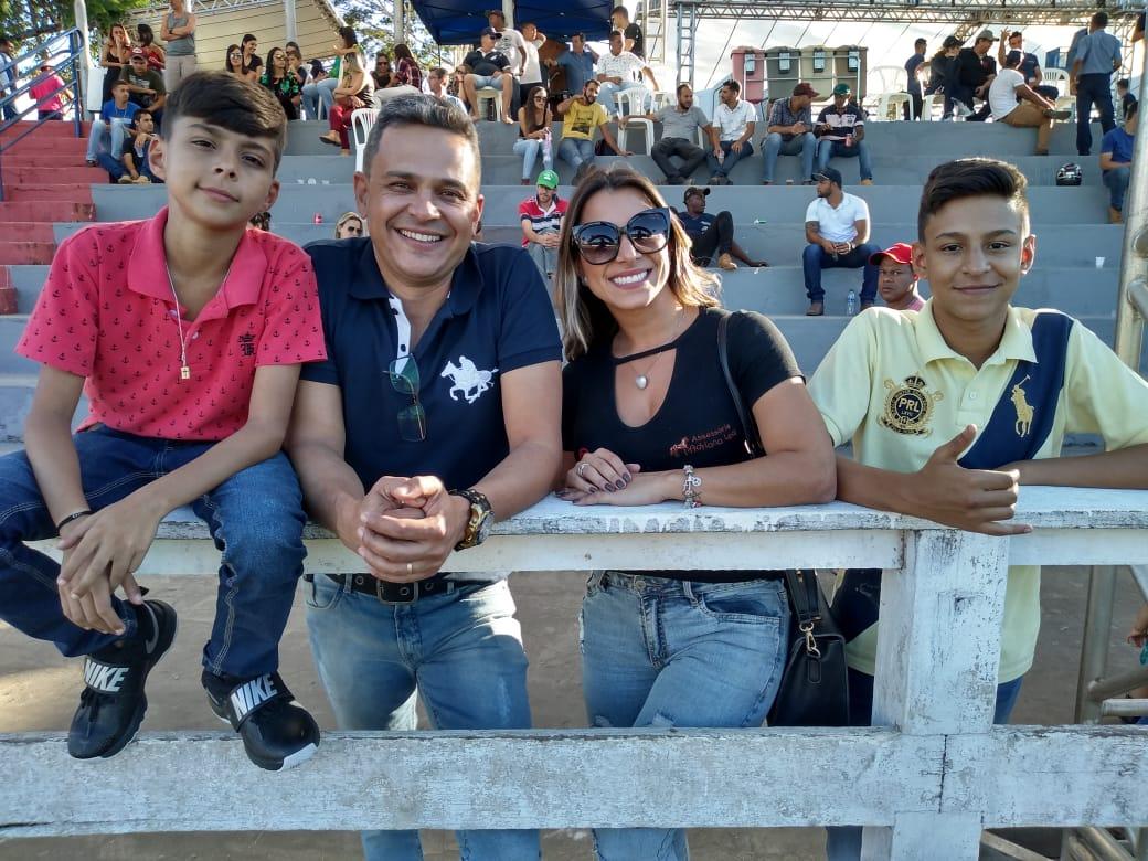 Família de Adriana Leal durante a exposição de Itabira/MG