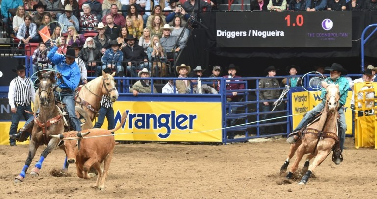 Junior Nogueira segue disputa do Laço Pé durante a NFR 2019