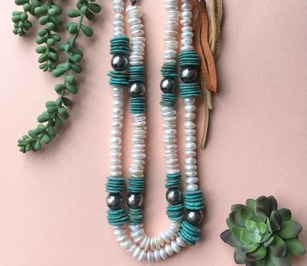 Pérola com turquesa é a tendência do momento Combine a pérola com sua cor favorita turquesa para obter um visual super moderno e atual