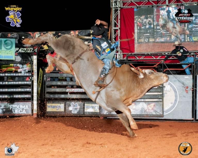 Ekip Rozeta realizou Titanium Cowboy com sucesso Campeonato fez um rodeio solidário, transmitido online, e arrecadou doações em evento histórico