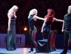 Malena Ernman med dansgrupp