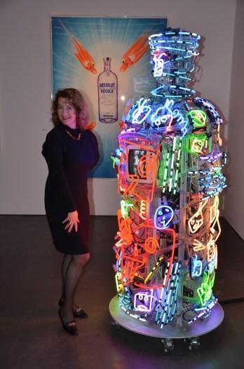 Larisa Johansson med neonflaska