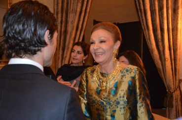 Kjesarinnan Farah Diba av Iran hälsar på Prins Carl Philip