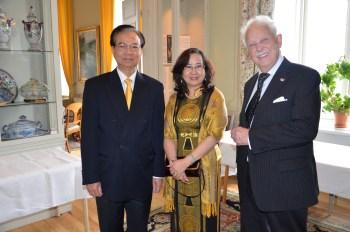 Jubilaren uppvaktas av av Vietnams Ambassadör Tran Van Hinh and Mrs Doan Minh Tuyen.