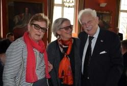 En glad trio. Eva Sääf Wallentin och Monica Grill har något roligt att berätta för jubilaren.