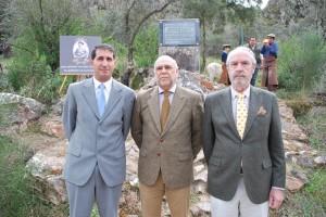 Alberto Covarsí, el consejero de Medio Ambiente de Extremadura, José Antonio Echávarri, y Alonso Álvarez de Toledo, marqués de Valdueza, en el acto de recuperación de la piedra de La Portilla.