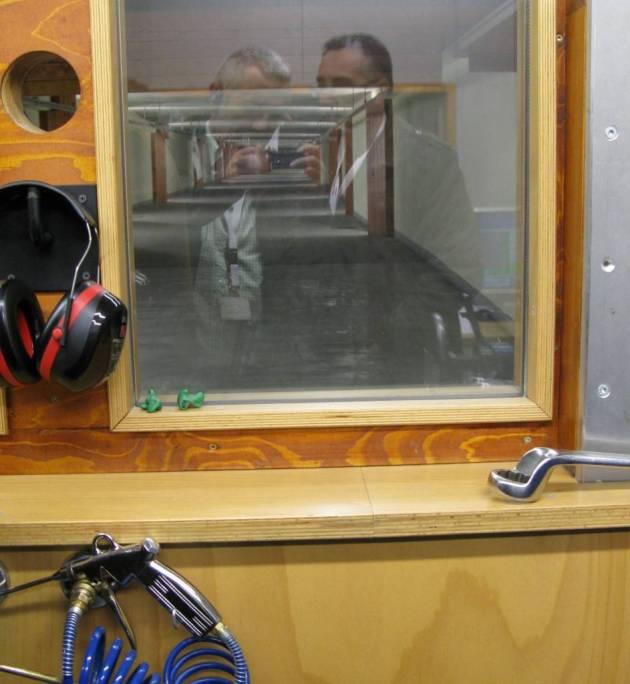 Regularidad En campos de tiro subterráneos se mide la regularidad. En estas instantáneas pueden ver diferentes cartuchos y cargas para testar junto al campo de tiro donde se hará