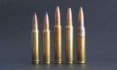 El límite para la batida en montaña lo ponen los 8.5 mm, los .338.  Su mayor problema: el peso de las armas que los recamaran.  De izquierda a derecha, .338 Winchester Magnum, .338 Blaser Magnum, .340 Weatherby Magnum, .338 Remington Ultramag y .338 Lapua Magnum.