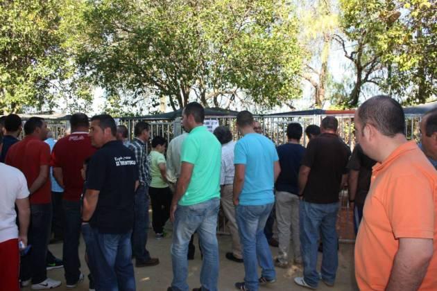Público asistente a la feria de compra-venta.