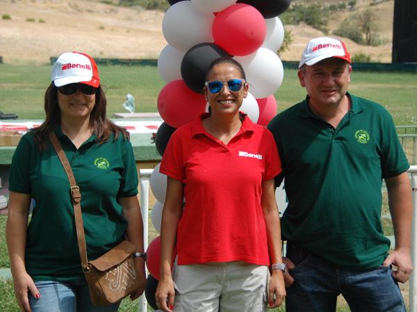 Natalia López, de BBI Ibérica, con los ganadores del concurso convocado por la prensa del sector para probar esta escopeta.