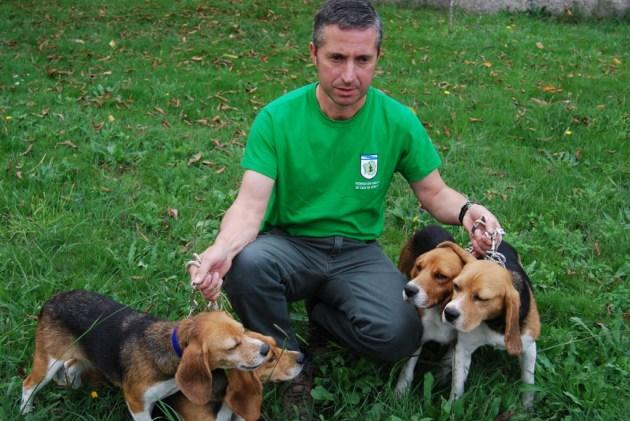 El campeón con su lote de perros.