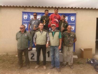 Los tres primeros clasificados en el Campeonato y de pie algunos miembros de la Junta Directiva de la Federación de Caza de Comunidad Valencia y delegación de Alicante.