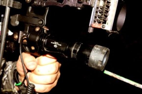 La linterna que uso es una Olight Warrior de 900 lumenes. Tiene 4 posiciones de intensidad que me permite jugar con ellas según las diferentes situaciones de caza. Además, quitándole el pulsador la usas como una perfecta linterna de pisteo, y tienes la opción de usar filtros. Yo utilizo filtro rojo y verde.