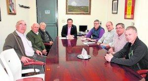 El alcalde en el centro con cazadores y empresarios - Ayto Alhama
