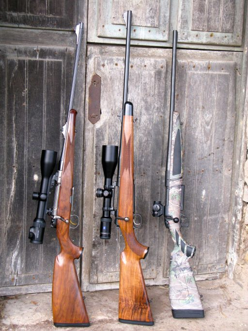 Tres equipos reclamados para el 8x68 S. De izquierda a derecha, Heym Concord con Swarovski Z6i 2-12x50, Mauser M-03 Basic con Zeiss Victory HT 3-12x56, y Bergara BX-11 con Aimpoint Micro H1 2 MOA.