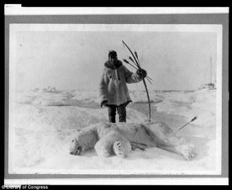 esquimal con oso polar cazado con flechas