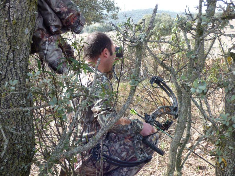 Como en cualquier modalidad de caza con arco, al ser los tiros muy cercanos, el camuflaje se hace esencial para que no nos vean en el último momento los animales.