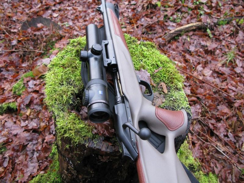 El Zeiss V8 1,1-8x30 mide 30,3 cm y pesa 620 gramos en su versión con carril, 20 gramos menos en la que carece de él. El tubo central, que comparte con toda la serie, tiene un diámetro de 36 mm, inusualmente grande para lo que estamos habituados. Sobre el ocular aparece el mando de encendido y regulación de iluminación de la retícula, preciso y fácil de utilizar, contando además con sistema de automatismo de encendido al colocar el rifle en la posición de tiro. Me gustaría reseñar que recién entregado el equipo y sentado sobre la mesa de tiro me costó un poco conseguir enfocar correctamente la imagen. Finalmente, lo conseguí, pero he de admitir que tardé un rato. Es, digamos, muy sensible, y cuesta llegar a la posición correcta, algo que corroboré con los compañeros de otros países. No es un defecto, simplemente requiere de cierta habilidad, o mejor dicho, paciencia, para lograr adecuarlo a nuestro ojo correctamente.
