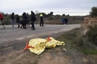 Cuerpo sin vida de uno de los dos agentes rurales que, presuntamente, ha matado un cazador en Aspa (Lérida). EFE/Adrià Ropero