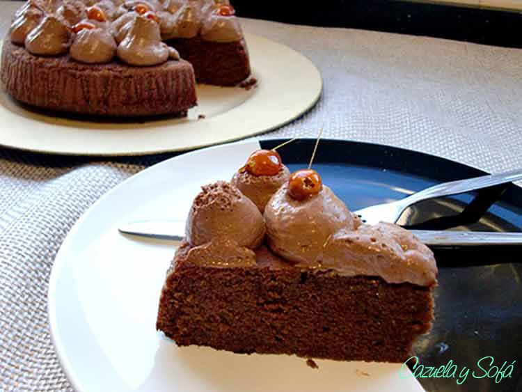 Bizcocho-de-chocolate-y-avellanas-con-mousse-de-chocolate