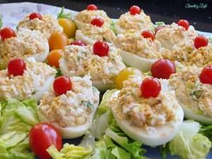 Huevos-rellenos-con-manzana-y-langostinos