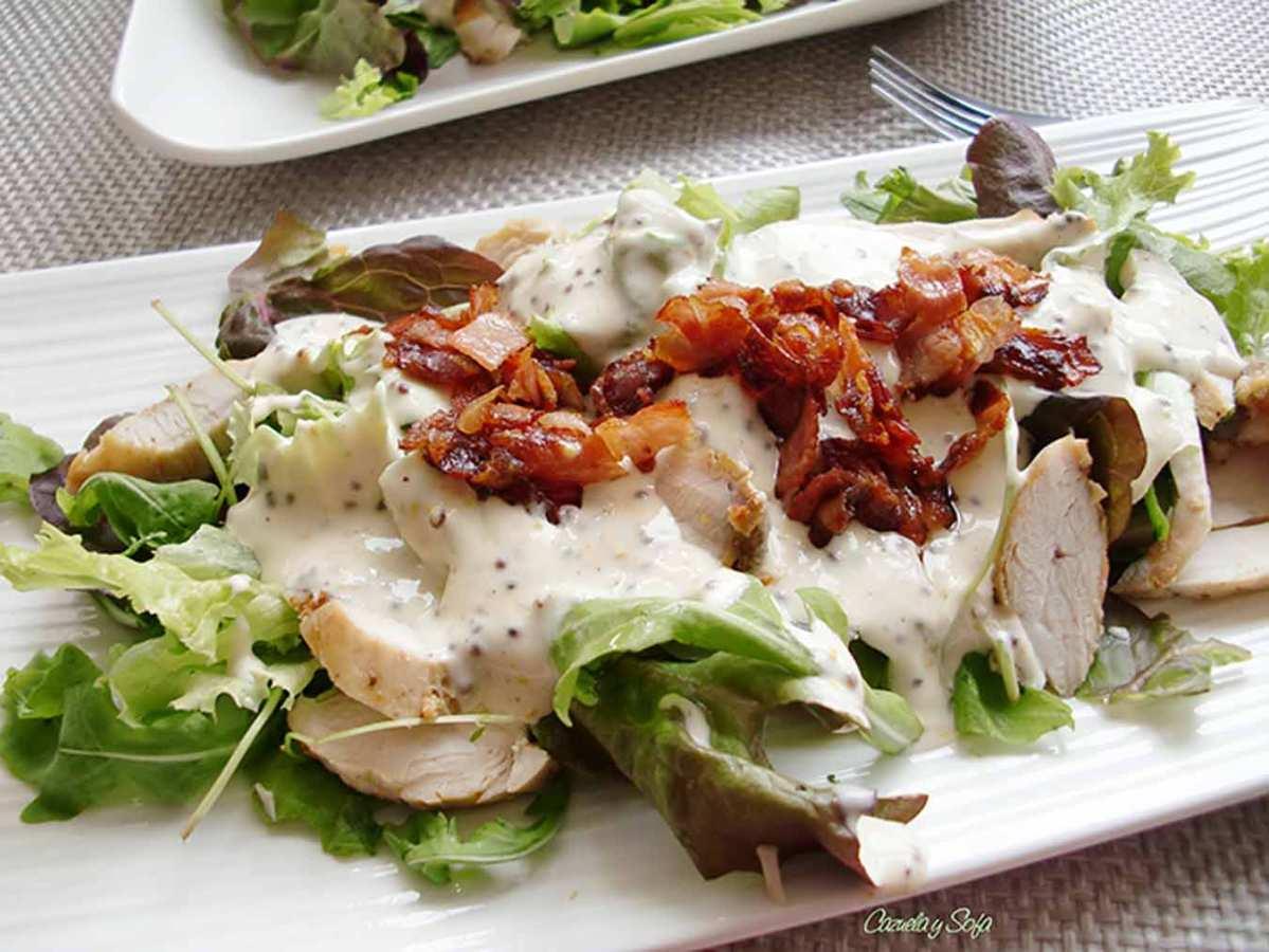 Ensalada templada de pollo con bacon crujiente