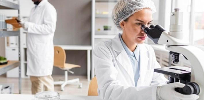 chercheurs-dans-laboratoire-biotechnologie-tablette-microscope