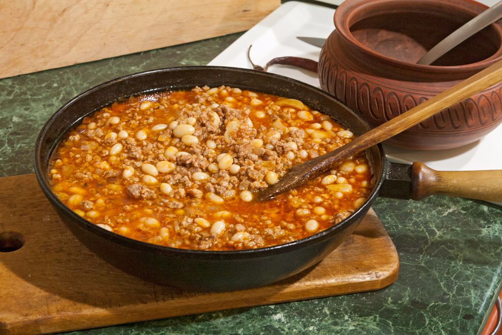 Cooling down the minced pork with beans and tomato sauce