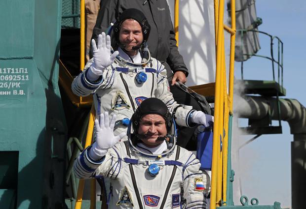 Besatzungsmitglieder der Internationalen Raumstation (ISS) besteigen die Raumsonde Sojus MS-10 für den Start auf dem Kosmodrom Baikonur in Kasachstan