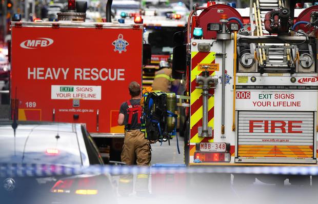 Le personnel de secours d'urgence peut être vu près du centre commercial Bourke Street dans le centre de Melbourne