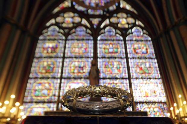 Die heilige Dornenkrone wird während einer Zeremonie in der Kathedrale Notre Dame in Paris ausgestellt