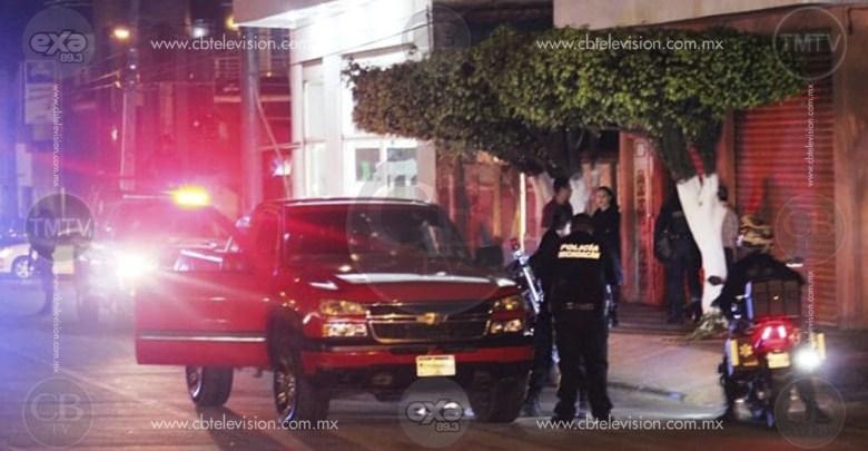 Joven es baleado al oponerse al robo de su camioneta en Uruapan