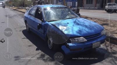 Dos heridos en choque de auto y camioneta en Apatzingán