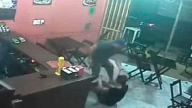 Photo of Video: Policía golpea y jala de los cabellos a una mujer por no darle la salsa que quería