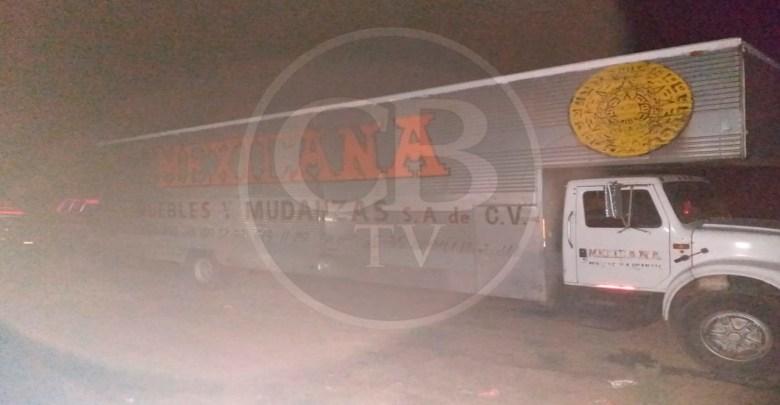 Aseguran camión abandonado en una gasolinera; tenía reporte de robo