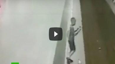 Video: Niño cae a las vías del metro por distraerse con su celular