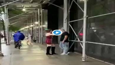 """Video: Mujer le pone """"cono de la vergüenza"""" a su novio para que no mire a otras"""